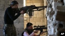 Chiến binh của phe nổi dậy Syria chiến đấu tại tuyến đầu của thị trấn Wadi al-Deif trong tỉnh Idlib, ngày 26/2/2013.