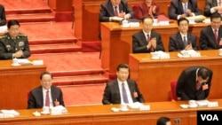 在主席台就坐的国家主席习近平和政协主席俞正声。李克强向到场代表鞠躬致谢。(2016年3月5日 美国之音金子莹拍摄)