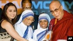 Suster Nirmala Joshi (kedua dari kiri) ketika menyerahkan Penghargaan Bunda Teresa untuk Keadilan Sosial untuk Dalai Lama, 2010. (Foto: Dok)