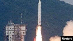 Peluncuran roket Epsilon Jepang dari pusat antariksa Uchinoura di Kimotsuki, Kagoshima (foto: Kyodo). Jepang berhasil meluncurkan roket Epsilon-2 yang berbahan bakar padat pada Selasa (20/12).