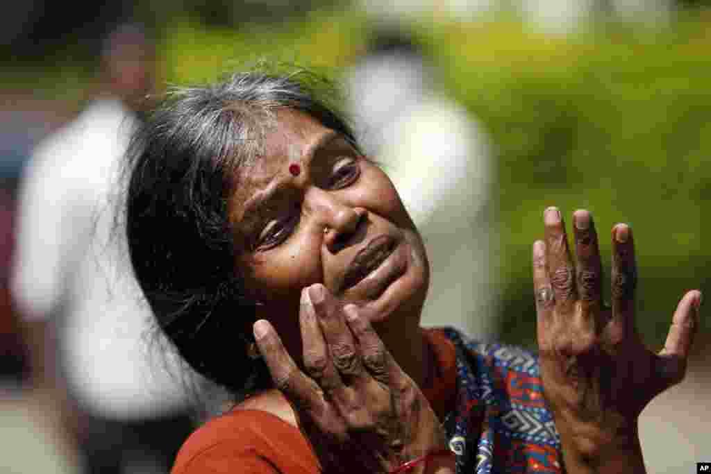 인도 버스 하이데라바드에서 발생한 참사로 자식을 읽은 어머니가 영안실 앞에서 오열하고 있다.