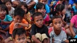 Anak-anak korban gempa menghadiri sesi konseling trauma di sebuah penampungan di Palu, Sulawesi Tengah, 8 Oktober 2018.