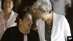 Philippine Undersecretary for Foreign Affairs Erlinda Basilio, left, greets Chinese Vice Foreign Minister and Special envoy Fu Ying prior to their annual talks in Manila, Oct. 19, 2012.