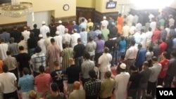 FILE - Men gather for prayer on the first day of Ramadan at the Dar Al-Hijrah Islamic Center in Falls Church, Virginia, in 2013. (VOA/J. Taboh)