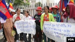 Protestors from Koh Kong province ​gather in front of the National Assembly to lodge complaints about alleged land grabbing by two sugar plantation firms, Thursday August 04, 2016. (Leng Len/VOA Khmer)