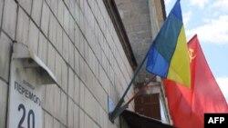На улице Победы в Киеве вместо красного Знамени Победы висит красный флаг несуществующей страны