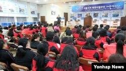 지난해 11월 서울,경기지방중소기업청 주최로 열린 2012년 서울지역 북한이탈주민 채용박람회에서 탈북주민들이 관계자의 설명을 듣고 있다. (자료사진)