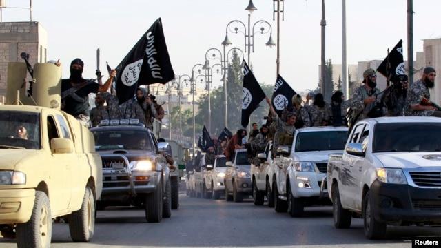 Chiến binh Nhà nước Hồi giáo diễu hành trên đường phố ở tỉnh phía bắc Raqqa, Iraq.
