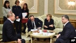 Dari kiri Presiden Vladimir Putin, Presiden Francois Hollande, Kanselir Angela Merkel, dan Presiden Petro Poroshenko bersiap melakukan pembicaraan di Minsk, Belarusia (11/2).
