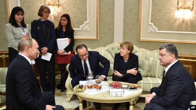 L-R, Russian President Vladimir Putin,  French President Francois Hollande, German Chancellor Angela Merkel, and Ukrainian President Petro Poroshenko talk in Minsk, Belarus, Feb. 11, 2015.