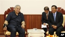 Cambodian Prime Minister Hun Sen, right, talks with U.S. Congressman Eni Faleomavaega, left, during a meeting in Phnom Penh, Cambodia, Jan. 7, 2010. Faleomavaega will oversee the hearing.