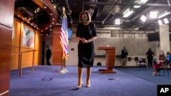 Ketua DPR AS Nancy Pelosi meninggalkan podium usai konferensi pers di Capitol Hill, Washington, 14 Mei 2020. (Foto: AP Photo/Andrew Harnik)