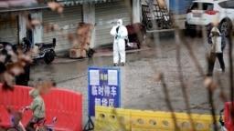 中国湖北武汉,一名身穿防护服的工人在封闭的海鲜市场里。(2020年1月10日)