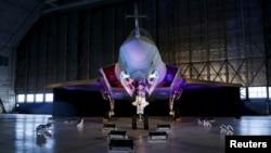 ເຮືອບິນລົບອາຍພົ່ນຂອງບໍລິສັດ Lockheed Martin ລຸ້ນ F-35 Lightning II ຈອດຢູ່ໃນສະຖານທີ່ຈອດເຮືອບິນ ຂອງກອງທັບອາກາດ Patuxent River Naval ໃນລັດແມຣີແລນ ທາງພາກຕາເວັນອອກຂອງສະຫະລັດ ໃນວັນທີ 28 ຕຸລາ, 2015