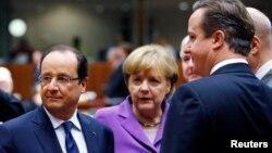 Presiden Perancis, Francois Hollande (kiri), Kanselir Jerman Angela Merkel dan PM Inggris David Cameron menghadiri pertemuan Uni Eropa di Brussels, Belgia (25/10).