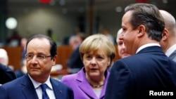 Francuski predsednik Fransoa Oland, nemačka kancelarka Angela Merkel i britanski premijer Dejvid Kameron (s leva) na samitu lidera Evropske unije u Briselu