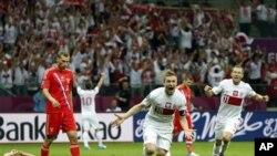 Pemain Polandia, Jakub Blaszczykowski (18) merayakan gol balasan ke gawang Rusia disaksikan rekannya Rafal Murawski (11) dalam pertandingan Euro 2012 di Warsawa (12/6).