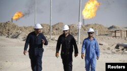 Pekerja lapangan minyak West Qurna di Provinsi Basra, selatan Irak, 28 November 2010. (Foto: Reuters)
