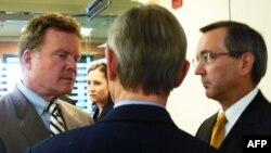 Thượng nghị sĩ Jim Webb (trái) và Phó trợ lý Ngoại trưởng Hoa Kỳ phụ trách Đông Nam Á (phải)