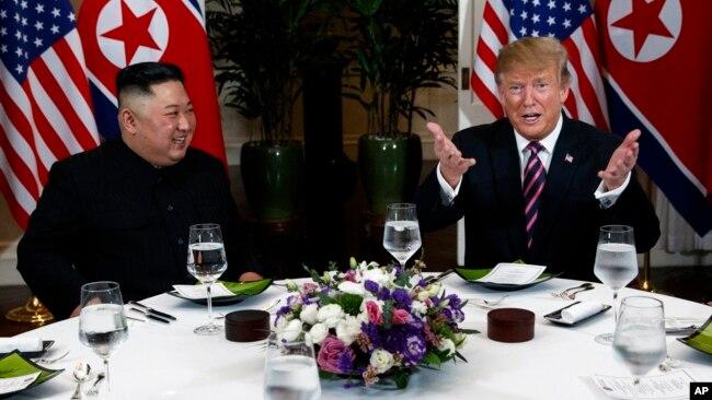 Tổng thống Hoa Kỳ Donald Trump (phải) chuẩn bị dùng bữa tối cùng lãnh đạo Triều Tiên Kim Jong Un ngày 27/2/2019.