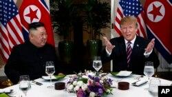 美国总统特朗普在与朝鲜领导人金正恩参加晚宴时讲话。(2019年2月27日)