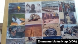 Le drame de l'immigration clandestine en photos présenté pour sensibiliser contre l'immigration clandestine au lieu dit avenue Kennedy à Yaoundé, Cameroun, 7 avril 2017. (VOA/Emmanuel Jules Ntap)