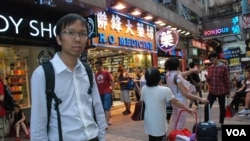 香港人口政策關注組召集人譚凱邦認為,大陸自由行政策涉及政治問題 (美國之音特約記者 湯惠芸拍攝)