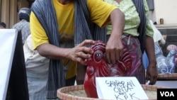 Pedagang pasar tradisional di Solo, Jawa Tengah, mengumpulkan uang untuk Komisi Pemberantasan Korupsi (KPK) (foto: VOA)