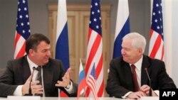 Анатолій Сердюков і Роберт Ґейтс у Москві