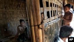 ຊາວໂຣຮິງຢາ ໄວ 17 ພັກຜ່ອນຢູ່ໃນບ້ານ Dapaing, ພາກເໜືອ ຂອງ Sittwe, ທາງພາກຕາເວັນຕົກ ຂອງດ Rakhine, ມຽນມາ ຫຼັງຈາກທີ່ໄດ້ລົບໜີຂະບານຄ້າມະນຸດ