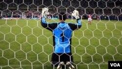 El meta costarricense Keilor Navas fue la estrella de su equipo. Aunque se vió nervioso en la tanda de penales.