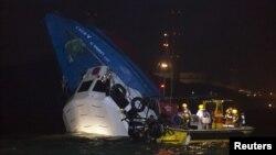 Спасатели работают на месте крушения в бухте Виктория, Гонконг. 1 октября 2012 года