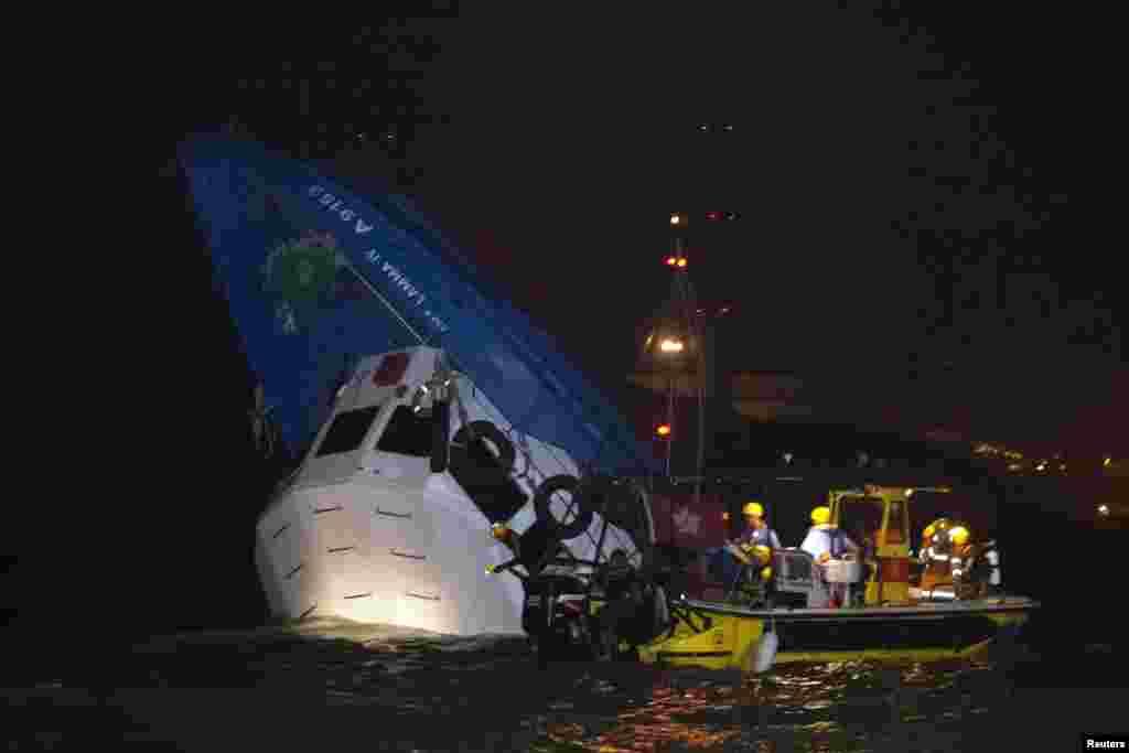 Rescatistas se acercan al bote parcialmente sumergido luego del accidente frente a las aguas de Honk Kong, el lunes 1 de octubre de 2012 por la noche.