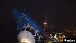 兩艘船隻星期一在香港相撞後救援人員接近其中一艘半沉的船隻