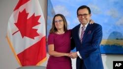 Bộ trưởng Ngoại giao Canada Chrystia Freeland (trái) gặp Bộ trưởng Kinh tế Mexico Ildefonso Guajardo Villarreal tại Washington ngày 15/8/2017.