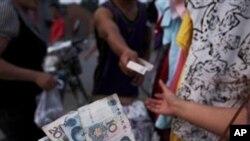 노점상에서 거래를 하는 중국인들
