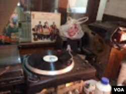 A record spins on a turntable at Melodica music store in downtown Nairobi. (VOA / G. Joselow)