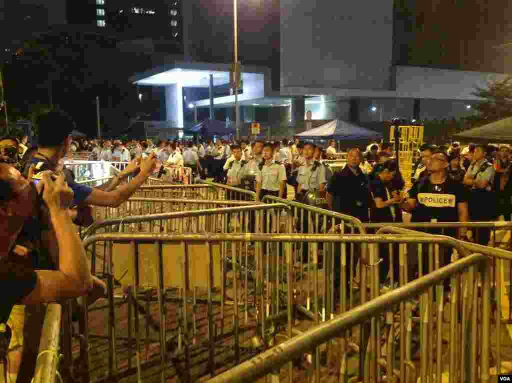 示威者周二晚占据金钟龙和道(美国之音图片/海彦拍摄)