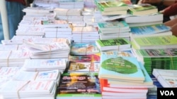 Books for sale in Bak Touk Bookshop in Phnom Penh. (Photo by Leng Sreynich/VOA Khmer)