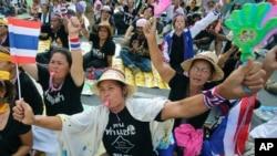 Para demonstran anti pemerintah menduduki gedung Kementerian Keuangan di Bangkok, Thailand hari Selasa (26/11).
