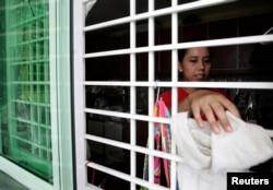 Pembantu asal Indonesia membersihkan rumah majikannya di Kuala Lumpur 26 Juni 2009. (Foto: Reuters)