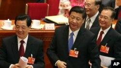 """胡锦涛、习近平和温家宝在2013年3月的人大会议开幕式后。习近平接过来的""""花钱买安定""""的资源少于当年胡锦涛温家宝接收的资源"""