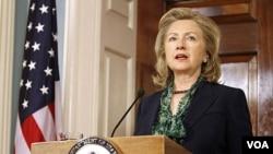 Menlu AS Hillary Clinton memberikan pernyataan soal tewasnya Osama bin Laden di Washington, Senin (2/5).
