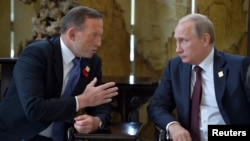 Tổng thống Nga Vladimir Putin và Thủ tướng Australia Tony Abbott gặp nhau tại Hội nghị Thượng đỉnh APEC ở Bắc Kinh, ngày 11/11/2014.