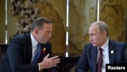 ທ່ານ Putin (ຂວາ) ພົບປະກັບທ່ານ Abbott ຢູ່ຂ້າງນອກ ກອງປະຊຸມສຸດຍອດ APEC ທີ່ປັກກິ່ງ 11 ພະຈິກ, 2014.