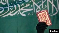 """Bài học về thư pháp tiếng Ả rập ở một học khu bang Virginia có nội dung: """"Không có thượng đế nào ngoài Allah và Muhammad là sứ giả của Allah"""". Thông điệp này được nhìn thấy trên một biểu ngữ ở Sanaa, Yemen, năm 2008."""