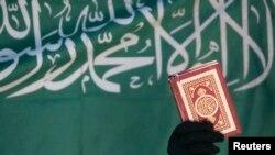 """维吉尼亚州一所学校的社会学课程上所学的阿拉伯书法使用了该资料照片标语上显示的""""没有上帝只有阿拉,默罕默德是阿拉的信使"""" 的句子。"""