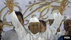 Aktivis anti-korupsi India, Anna Hazare mengakhiri aksi mogok makan enam hari di New Delhi hari Jumat 3/8 (foto: dok).