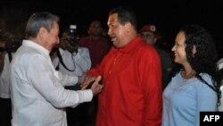 Chủ tịch Cuba Raul Castro (trái) chào đón Tổng thống Venezuela Hugo Chavez và con gái Rosa Virginia (phải), tại sân bay Havana, ngày 16/7/2011