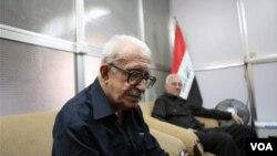 Mantan Menteri Luar Negeri Irak Tariq Aziz sedang tertunduk lesu.